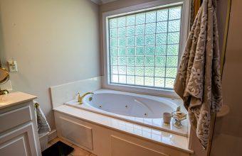 bathroom-bathtub-4307583